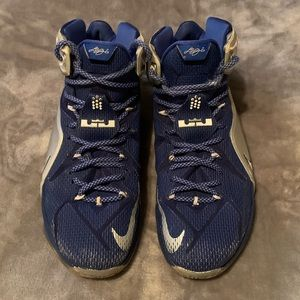 NIKE men's hightop gym shoes. Size 10.